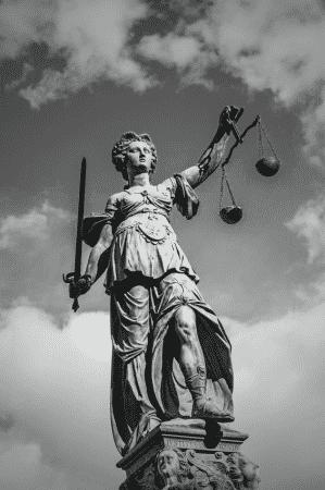 Justitia Göttin der Gerechtigkeit - www.gmbh.management